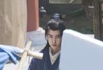 """4月27日,橫店影視城娛樂頻道官博發文透露,正在橫店取景拍攝電視劇《有翡》的王一博要殺青了。調皮的官博在博文中稱要將王一博""""鎖""""在橫店,表示不舍他離開。"""