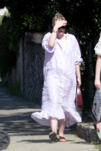 范宁姐妹罕见合体 二人穿泡泡袖连衣裙清凉出街