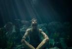 """近日,由""""锤哥""""克里斯·海姆斯沃斯主演的动作惊悚片《惊天营救》正在线上热映中,片方发布一组最新幕后照,带领影迷感受荧屏之外""""锤哥""""不一样的风采。"""