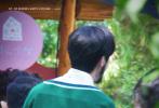 """4月28日,新一季《奔跑吧》再曝最新路透照除了黄明昊外,关晓彤也参与了录制。路透图中,蔡徐坤络腮胡造型现身,眼角还画着一颗耀眼的红星,穿着绿色针织衫队服,背后贴着""""蔡小葵""""的名牌,顺毛坤坤帅气又可爱。"""