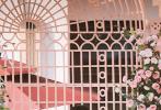 4月28日,《奔跑吧》再曝新路透。Angelababy身穿白色短裙婚纱,手持捧花;身旁的蔡徐坤穿着黑色西装,身姿笔挺,疑似在扮演司仪的角色,俊男美女同框十分养眼。同时也曝光了关晓彤的婚纱造型。