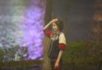 4月29日,一组佟丽娅、佟大为现身沈阳拍摄新剧《爱的厘米》的高清路透曝光。照片中,佟丽娅穿着运动套装,及肩短发新造型靓丽养眼,少女感十足。佟大则穿着衬衫搭卡其色夹克外套,奔跑在夜色下雨后的街道上。