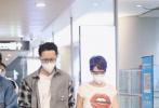 """4月29日,韓庚和盧靖姍夫婦現身上海機場。短發造型的盧靖姍又颯又美,身穿""""紅唇""""T恤露出小蠻腰。韓庚穿著簡單的襯衫內搭白T,夫妻二人都戴著口罩和眼鏡,一路高調牽手大秀恩愛。"""