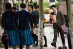 5月6日,一組朱一龍拍攝新劇《叛逆者》的高清路透照曝光。當天片場,朱一龍一襲復古西裝寸頭造型現身,戴著金絲邊眼睛,懷抱著紙質口袋,笑容溫柔,盡顯禁欲儒雅的型男本色。