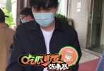 5月6日,有媒體曝料唐藝昕順利產女后出院,并曝光了張若昀接妻女出院,現身醫院門口的畫面。