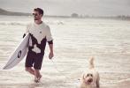 """""""錘哥""""克里斯·海姆斯沃斯近日登上澳版《GQ》2020年5/6月刊封面,多張寫真大片同時亮相。照片中,""""錘哥""""在海邊遛狗,帥氣擺POSE,大方秀肌肉,全方位展現他的健碩身材與成熟魅力。"""