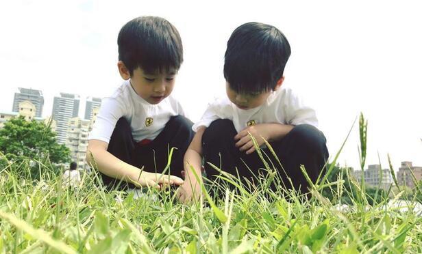 景德镇信息港:连衣服发型都一样!林志颖双胞胎儿子照片曝光