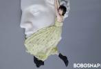 日前,演員譚松韻登上時尚雜志《BOBOSNAP CHINA》封面,一向以乖巧甜美造型示人的她,以清爽短發搭配雀斑妝亮相。在服飾方面,譚松韻選擇了素色背心、長裙、T恤,走起了日趨流行的極簡風。