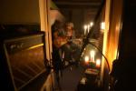 氛圍營造滿分!約翰尼·德普燭光中彈吉他秀技巧