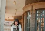 """近日,鄭爽登上了《時尚旅游》五月刊封面,一組寫真大片曝光。大片中,鄭爽現身自己的家鄉沈陽,化身街頭巷尾的""""小精靈"""",帶大家領略城市風景。"""