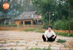 """5月8日,《向往的生活》第四季""""彩云篇""""第一期将正式播出。蘑菇屋大门开启,黄磊、何炅、彭昱畅、张子枫四人迎来了首轮客人,与黄磊、何炅相识多年并且和张子枫在同部戏中合作的周迅和张婧仪、郭麒麟来到蘑菇屋。"""