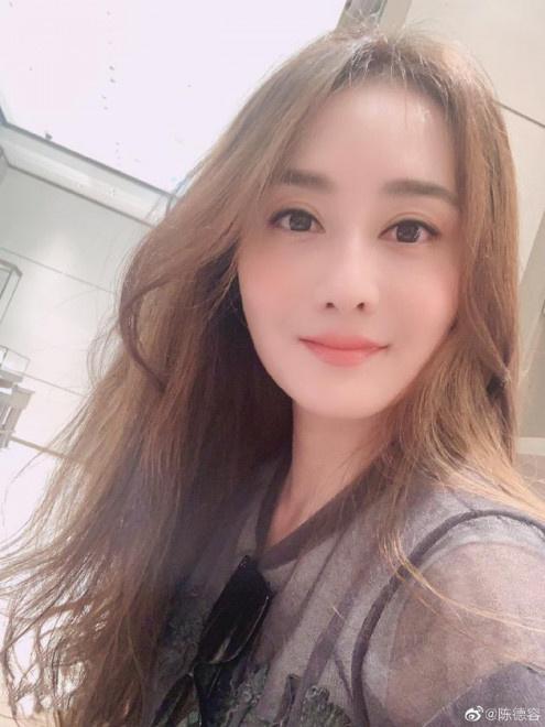 日照论坛:陈德容离婚后自拍晒现状 喝咖啡享受闲暇气色不错 第2张