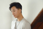 """5月9日,韓庚通過個人社交賬號分享了一組和妻子盧靖姍拍攝的寫真大片,并配文寫道:""""浪漫的日子,有你才夠明媚。"""""""