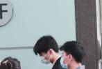 5月9日,北京,王俊凱復工后首次現身機場,赴南京參與綜藝《我們的樂隊》云錄制。當天,王俊凱戴著口罩,身穿白色襯衫外搭黑色短袖襯衫,現身配淺色牛仔褲,腳踩小白鞋,造型簡約清爽,潮范十足。