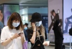 5月10日,北京,周扬青分手后首次现身。当天,周扬青一身黑色装扮十分低调,黑色T恤搭酷帅的工装裤,头顶渔夫帽,戴着双层口罩,做足防护现身机场。