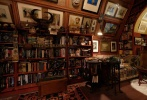 """5月11日,电影《利刃出鞘》中的室内设计图曝光,再次让人领略了剧组在内景设计上的用心之处。这组设计图几乎包含《利刃出鞘》的所有内景,在片中最著名的哈兰""""阁楼""""中,狭窄的空间被油画、书籍、动物标本挤得满满当当,一些来自不同国家地区的纪念品也让房间充满了异域风情。"""