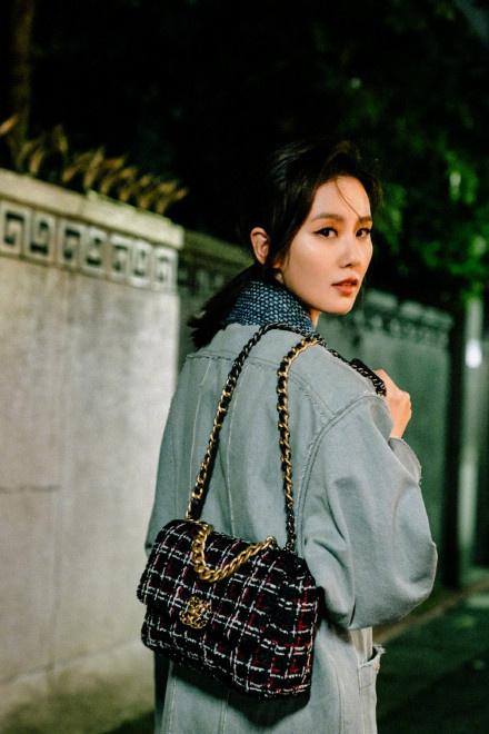 泰安网络宣传:刘诗诗全新街拍曝光 低马尾造型亮相上演侧颜杀 第2张
