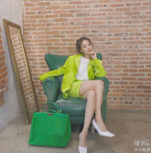 """伊春个人房屋出租:马思纯被绿色笼罩 拍""""初夏""""写真秀白皙长腿 第2张"""