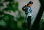 5月12日,一组刘诗诗的全新街拍曝光。照片中,刘诗诗梳着低马尾,随风舞动的刘海,露出侧颜优美线条,身穿丹宁拼接牛仔外套,眼神温柔地看向镜头,气质洒脱。