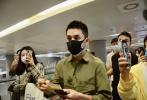 5月12日,上海,李佳琦现身机场。当天,李佳琦身穿军绿色衬衫大黑色长裤,剪了新寸头发型的他清爽帅气,十分阳刚,戴着两层口罩做足防护。