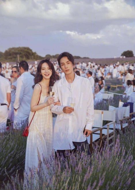 济南旅游:戚薇晒坐李承铉肩膀拍情侣照 摄影师竟然是她! 第3张