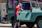 据外媒5月13日报道,刚过完45岁生日不久的英国球星大卫·贝克汉姆近日和女儿小七一同现身英国科茨沃尔德被拍。