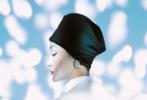 5月13日,周迅登《时尚芭莎》六月刊封面大片释出。这组流光大片,周公子驾驭各式黑白双色礼服,冷白皮妆面,尽显周迅清冷气质。光影投射在周迅精致的面庞,眉宇间有着一丝坚韧。头巾、贝雷帽等造型,将复古与时尚完美融合。
