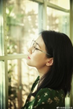 营业啦!高圆圆曝初夏写真 戴银框眼镜知性优雅