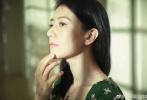 5月14日,高圓圓工作室通過微博分享了一組初夏寫真。照片中的高圓圓身穿墨綠色碎花連衣裙,中長發披肩,戴著銀邊框架眼鏡,知性優雅。