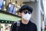 5月14日,上海,雷佳音現身機場。當天,雷佳音穿著一身黑色衛衣搭短褲套裝,頭戴時下流行的皮質畫家帽,墨鏡、口罩遮面做足防護,單肩背大手袋,插兜趕路酷勁十足。