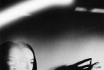 5月14日,宋茜为《周末画报STYLE》拍摄的一组封面大片发布。宋茜此次挑战盐系风格,以黑长直造型演绎了多套黑、白系时装,完美身材更是恰到好处地展现了线条感。光影交错间呈现出大片故事感,似一朵含苞待放的致命玫瑰,神秘又迷人。