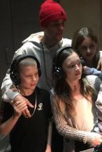 高颜值家族!贾斯汀·比伯晒与弟弟妹妹录音室合影