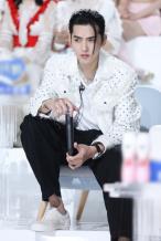 吴亦凡任《创》特派教练 穿白色嵌珠外套似撕漫男