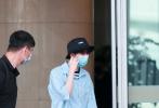 5月15日,北京,王俊凱現身機場。當天,王俊凱身穿淺藍色帽衫外套內搭條紋T恤,下身配白色長褲,頭戴黑色漁夫帽,口罩遮面,造型清爽少年感十足。在工作人員陪同下走出機場,許是怕被風吹走帽子,王俊凱還伸手捂住,動作十分可愛。