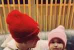 5月15日,贾斯汀·比伯通过个人社交账号晒出和弟弟妹妹现身录音室的照片。照片中,比伯抱着自己的小霉霉Bay,兄妹二人带着同款毛线帽。一红一粉很是可爱。Bay大大的眼睛盯着镜头,呆萌可爱的模样和比伯小时候如出一辙。比伯抱妹的姿势娴熟,充满爱意的看向妹妹,尽显哥哥力!