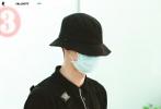 5月15日,王一博全黑LOOK现身机场,疾步穿行在机场,手里拿着滑板,帅气十足。值得注意的是,王一博渔夫帽下的新造型,剪了寸头的清爽利落,更显酷盖本色,疑似为新剧作准备。