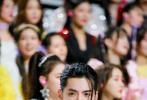 5月15日,吴亦凡工作室分享了一组吴亦凡任《创造营2020》特派教练参与录制的花絮照。照片中的凡凡身穿白色嵌珠外套打黑色长裤,长发梳起垂下一缕刘海,帅气有型。