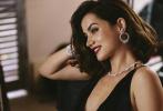 """近日,电影《007:无暇赴死》曝光了一组""""邦女郎""""安娜·德·阿玛斯的品牌合作写真。安娜身穿黑色露背高衩连衣裙,搭配华美的钻石饰品,光彩夺目。精致的小烟熏妆,酒红色红唇;微微卷翘的及肩短发,倚靠在街头墙边,尽显女人的温柔本色。礼裙深V设计,大方展示胸前风光;撩起裙摆,纤细长腿令人生羡。"""