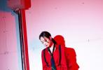 """近日,《创造营2020》播出了第三期,作为教练团唯一的女老师,宋茜和毛不易教练一同组建了""""不宋战队"""",亲自挑选学员组建队伍,迎战首场竞演。节目中,宋茜一身红色正装装令人惊艳,oversize衬衫搭同色烟管裤,颈间一条松散的领带,加上黑色背带,有艳丽恣意态度,亦有潇洒帅气感,刚柔之间的摩登范儿十足。"""