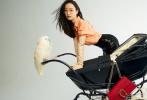 """5月18日,倪妮登封《红秀GRAZIA》封面大片释出。倪妮的蓬松卷发搭雅痞男装造型,复古与时尚结合。简单的置景,不仅给""""喵总""""倪妮整来了猫咪一同上封面,内页中倪妮还推着婴儿车遛起了鹦鹉,画面趣味十足。"""