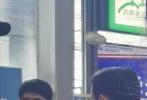 5月18日,有网友在贵阳龙洞堡机场偶遇剧组拍戏,在场的演员包括刘昊然、王宝强、董子健及导演陈思诚。从现场图片来看,陈思诚正在给演员们讲戏,他们拍摄的疑似是电影《我和我的家乡》的贵州单元,此前陈思诚已确认以导演身份加盟该片。