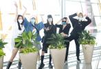 5月17日,北京,袁娅维、王霏霏、沈梦辰、李斯丹妮、郁可唯同框现身机场,参与《乘风破浪的姐姐们》录制。机场照中,各位姐姐们花式秀长腿,坐在一起热聊,似姐妹聚会一般。机场星光熠熠,大家各具特色开启机场秀,女团混战很有内味儿了!