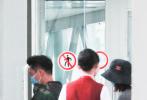 5月17日,北京,郑恺、苗苗一同现身机场。当天,郑恺身穿迷彩卫衣搭黑色长裤,苗苗则穿着一身宽松的休闲服,头戴渔夫帽。两人挽手并肩同行十分甜蜜。多次被传怀孕的苗苗衣着宽松巧妙的遮住了小腹,但身材似乎圆润了一些。  