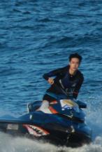 王一博《冲浪》曝路透新发型清爽 骑摩托艇很拉风