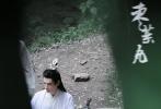 5月19日,网上曝光了一组《皓衣行》最新路透照。照片中,罗云熙一袭白衣坐在石凳上,旁边的圆桌上放着一把黑色佩剑。一袭水蓝色渐变长裙的陈瑶站在罗云熙身侧,时不时微微笑着,清冷又甜美,俩人同框颜值超高,气质出尘!