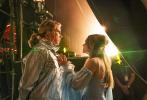 在公布了MV之后,网飞旗下的影片《欧洲歌唱大赛:火焰传说》再度曝光了一组剧照。在剧照上,威尔·法瑞尔和瑞秋·麦克亚当斯所扮演的歌唱组合,参与到了欧洲歌唱大赛之中。
