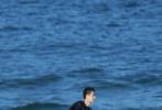 5月19日,網上曝光了一組王一博錄制《夏日沖浪店》的路透照。照片中,王一博不僅沖浪、打沙灘排球,還穿著救生衣,在海上騎摩托艇,玩得不亦樂乎。吹起的劉海帥氣有型,不愧是玩轉極限運動的酷蓋。王一博穿著藍色印花襯衫搭黑色長褲,頭戴漁夫帽走在沙灘上,海鹽味畫風,如畫報一樣養眼。