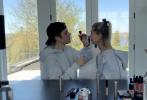 近日,在《Biebers on Watch》最新一集中,贾斯汀·比伯挑战给爱妻海莉·比伯化妆。视频中,小两口穿着灰色的情侣卫衣,桌上摆着各种色号、品牌的化妆品。令人意外的是,比伯不仅了解各种化妆品的用法,并且手法熟练,两人甜蜜撒狗粮。