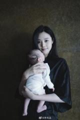 李光洁晒90后娇妻抱宝宝近照 分享初为人父喜悦