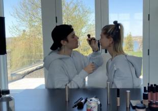 投喂了!比伯挑战给海莉化妆 动作温柔手法熟练